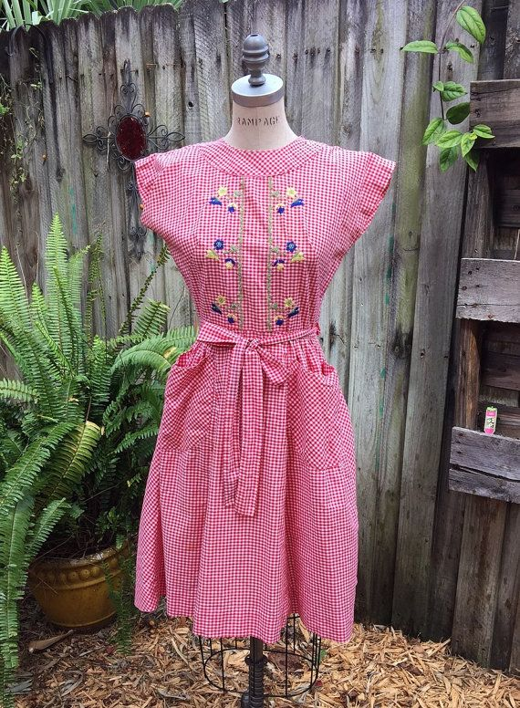 ビンテージ旋回ラップ ドレス赤と白のギンガム チェック刺繍入り 1950 年代  1960 年代 by dianajeanne