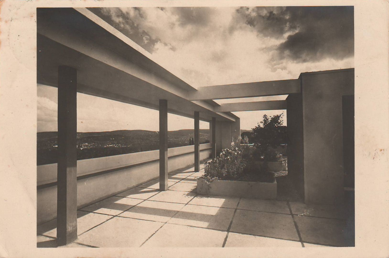 Le Corbusier - Dachterrasse, Haus am Weissenhofsiedlung, Stuttgart (Roof terrace, Home at the Weissenhof Housing Development, Stuttgart), 1927 (Photo: Otto Lossen)