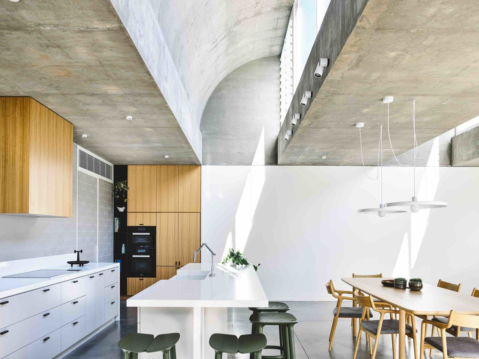 Vaulted Skylights And Concrete Columns Connect This Melbourne Home With The Sun Huis Verlichting