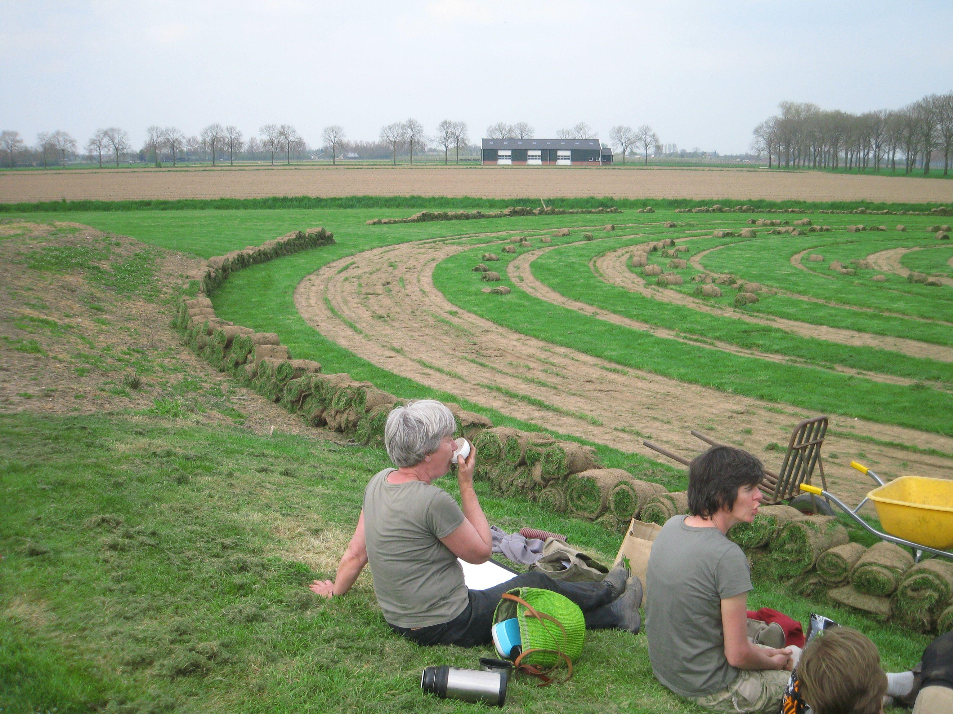 Aanleg tijdelijke bloemenspiralen Wilde Weelde Wereld voorjaar 2013 www.maiktuinen.nl