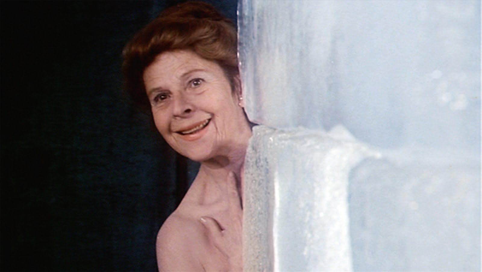 Maude As A Model Mod Poziruet Skulptoru Filme Serien