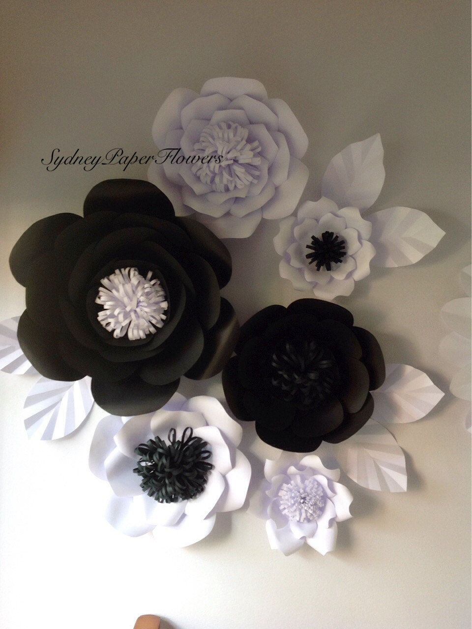Blanco y negro pared de flores de papel por sydneypaperflowers fiesta 40 39 s karen sobres de - Papel de pared blanco y negro ...
