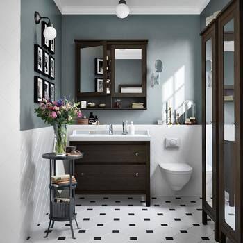 グレイッシュなブルーの壁の色がとても印象的です。洗面台やミラー、収納と同じ種類でコーディネートできるのはIKEAならでは。
