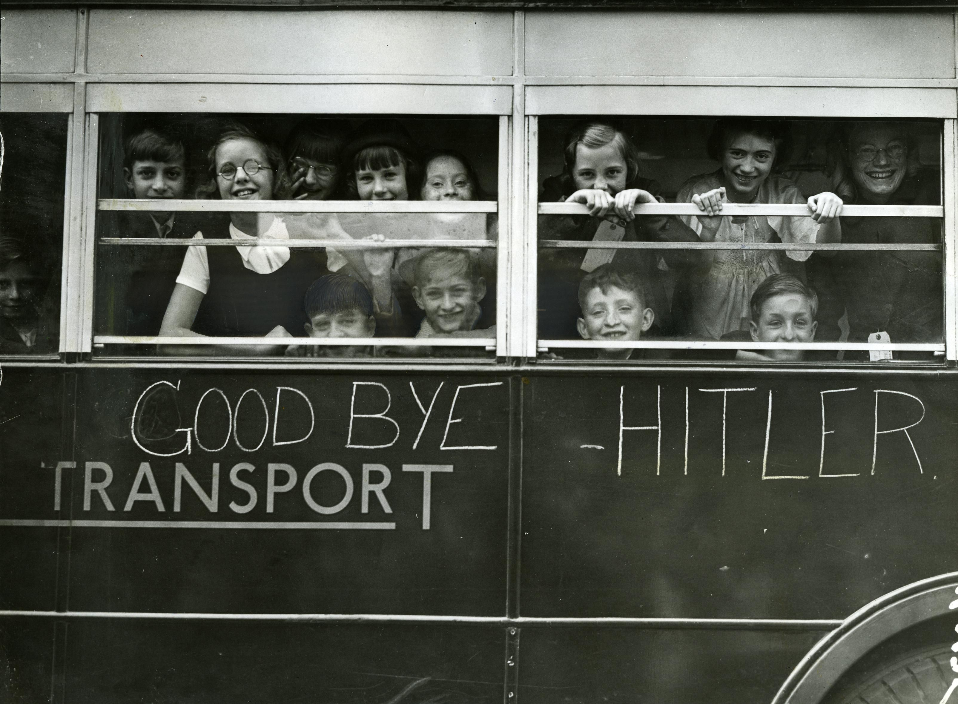 London: East End children evacuating at the start of the Second ...