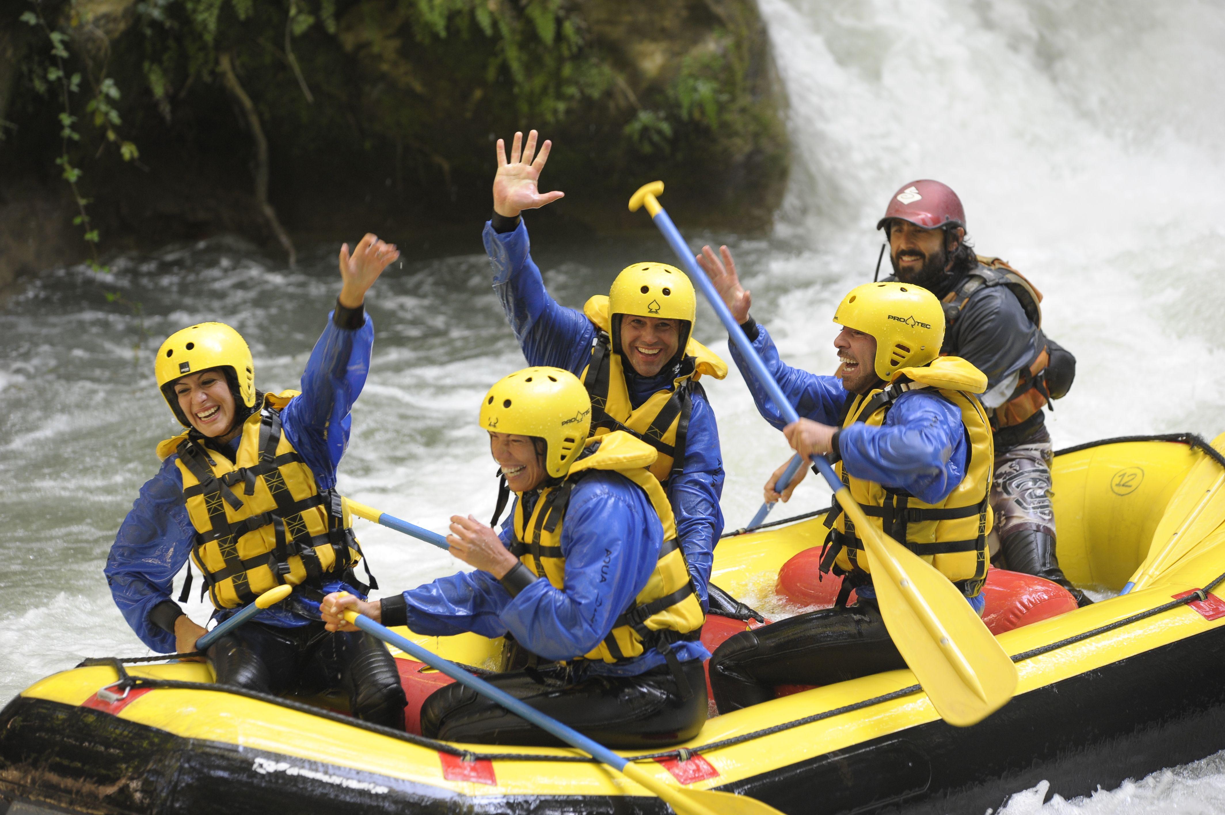 """La nostra guida e il suo equipaggio, nel fiume Nera sotto le cascate delle marmore, subito dopo la rapida dei """"tre salti"""" di IV grado!!!"""
