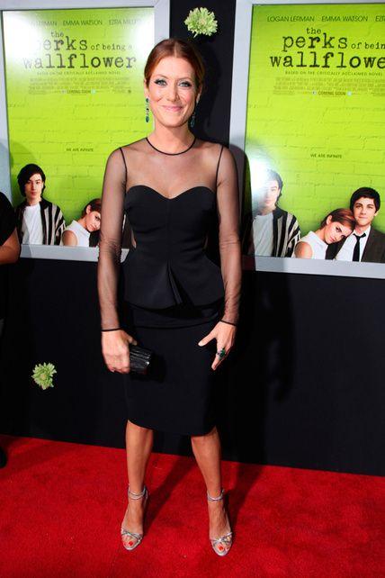 La actriz Kate Walsh llevó un vestido negro de estilo péplum con transparencias