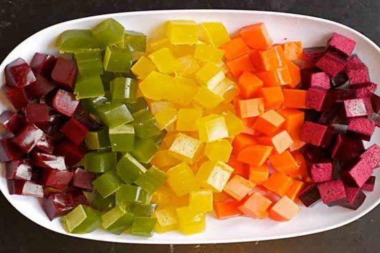 Je to velice snadný recept, který obsahuje plno vitamínů a mikroživin z více druhů ovoce. Pokud se chcete vyhnout konzervantům, cukru a barvivům, tak neváhejte a sáhněte po tomto receptu, který si určitě zamilujete a už nikdy více nebudete chtít jiné želé bonbony. Co budete potřebovat 1 1/2 šálku ovocné či zeleninové šťávy (popř. kombinované) …
