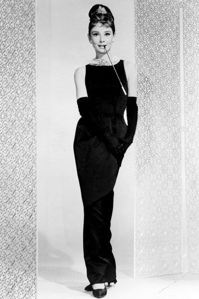 0285d70ad34 Audrey Hepburn en robe noire Givenchy dans Breakfast at Tiffany s en 1964