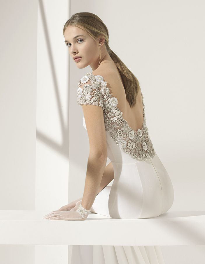 f8d8038556 Vestido de novia estilo evasé en georgette con escote barco y espalda joya.  Colección 2018 Rosa Clará Couture.