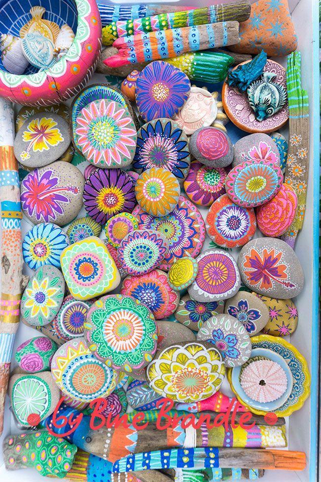 Photo of Bemalte Steine und Treibholz mit blühten, Mustern und Mandalas. – Bine Brändle…