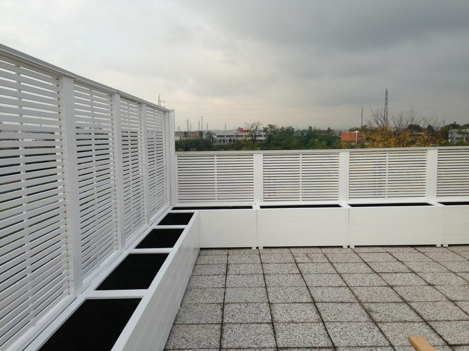 Terrazzo a Monza con Frangisole listello orizzontale e fioriere  LF Style nel 2019  Terrazza