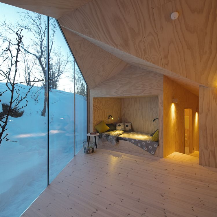 Gemütliche Kuschelecke mit bodentiefen Fenster im modernen Holz ...