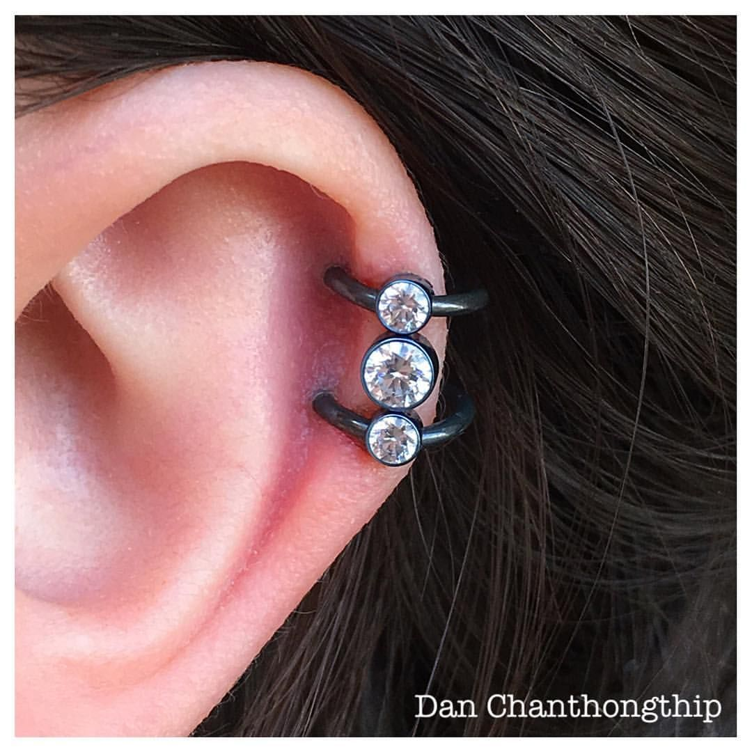 Anatometal Captive Gem cluster supported by two black niobium rings! Have availability today and a few tomorrow too, let's make you shine in the sun this weekend! #danchan #professional #bodypiercings #highquality #bodyjewelry #fidelitytattooco...