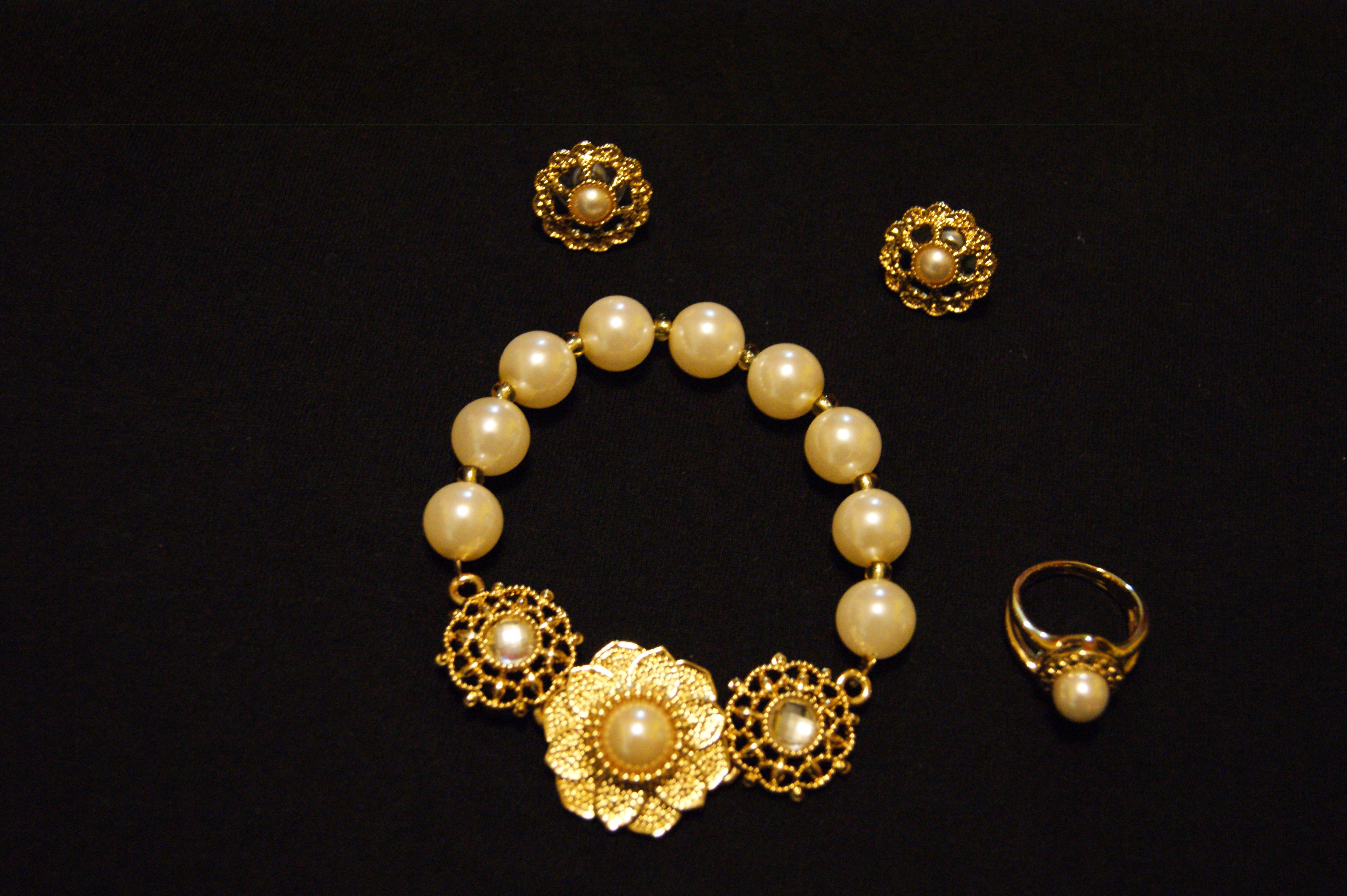 Joyería (pulsera, aretes, anillo)