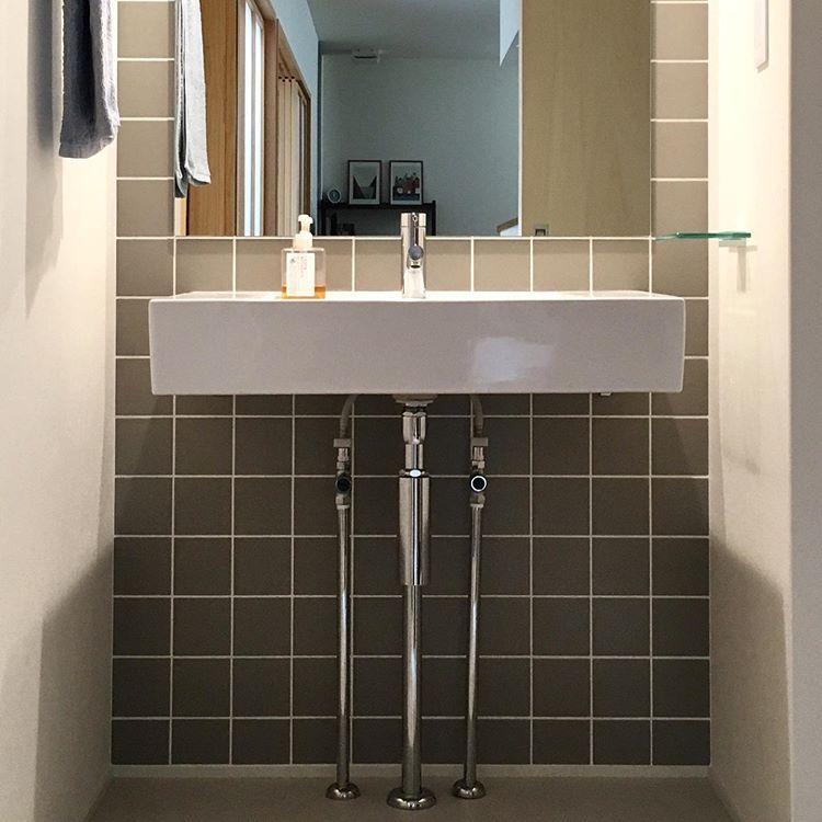 Kleeさんはinstagramを利用しています リクシルのサティス洗面器 古雅色グレーのタイルの壁面 オーダーした大きなミラー この3点セットが 洗面台のこだわりです 造作洗面台というよりは サティス洗面器を造り付けただけ という感じではありますが 造作