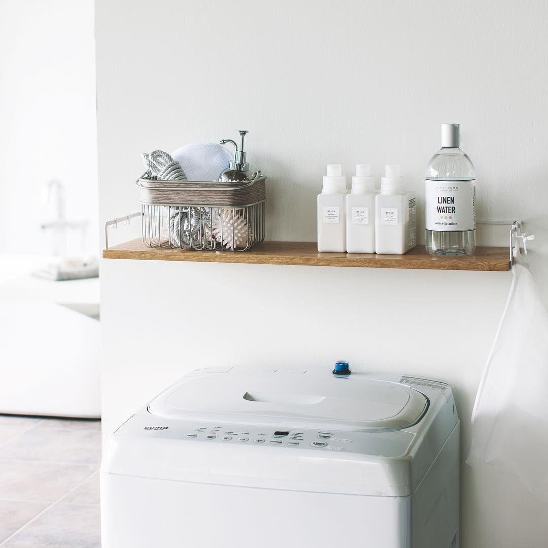 洗濯機上のランドリースペースを有効活用 洗濯機上ウォールシェルフ タワー のご紹介です 付属の木ネジで壁面にカンタン取り付け 自分で取り付けたい場所を自由に選んで 洗剤や洗濯小物の収納ができます フックが4つ付いているので 洗濯ネットやお掃除のブラシ