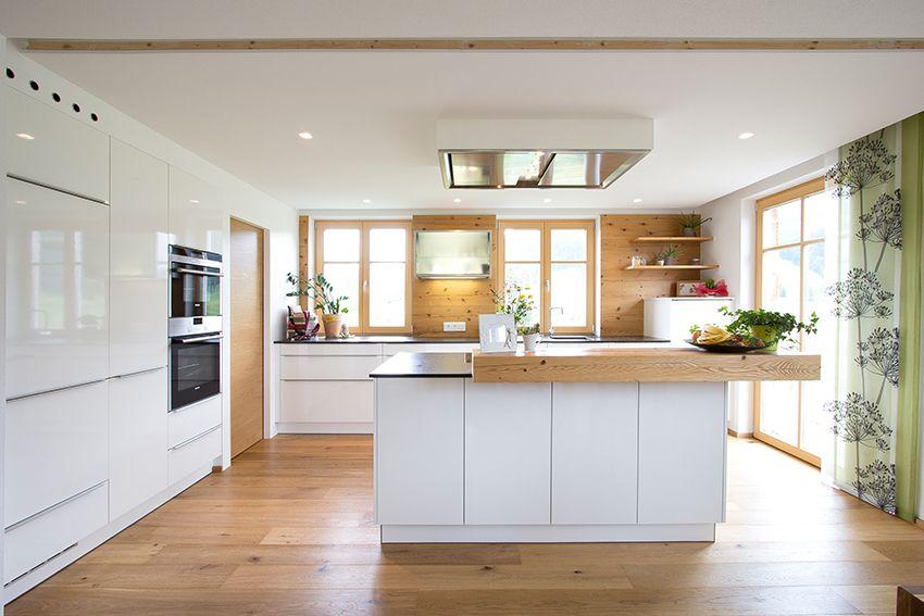 Küche weiß mit Altholzelementen und Eichenboden. Planung