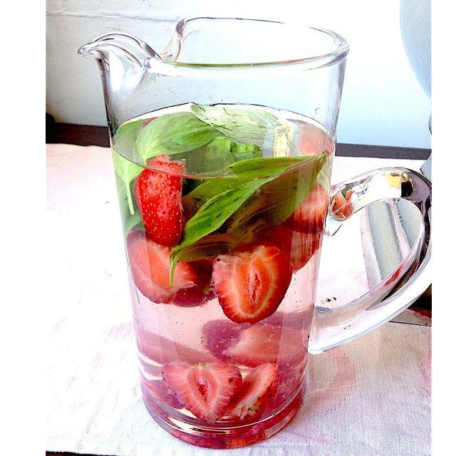 My Casual Brunch: água detox morango e manjericão