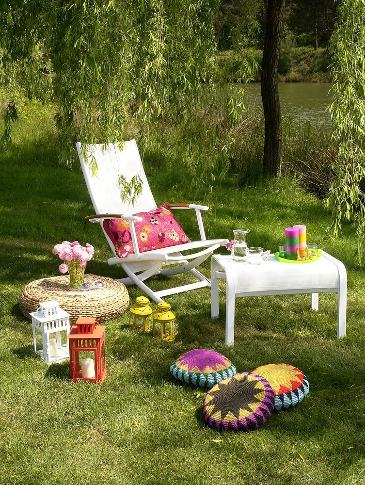 Outdoor Fantasie Liegestuhl Mit Bunten Kissen Und Deko Im Garten So Verbringen Wir Gerne Den Sommer Wohnidee Von Gartenmobel Holz Garten Draussenzimmer