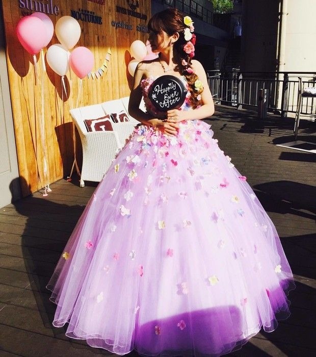 YNS WEDDINGでオーダーされたパープルのお花ドレス◎ヘアスタイルもラプンツェル風にされてラプンツェルに大変身されたご新婦さまです。