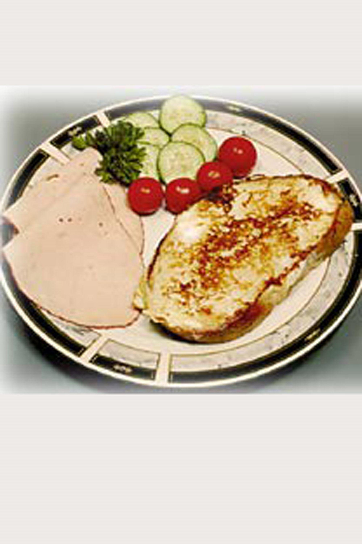 Fransk toast m / kalkunbryst , tomat og agurk- Server på et tallerken med kalkunskiverne , skiver af tomat eller små sherrytomater og agurkeskiver.  SlankeDoktor.dk