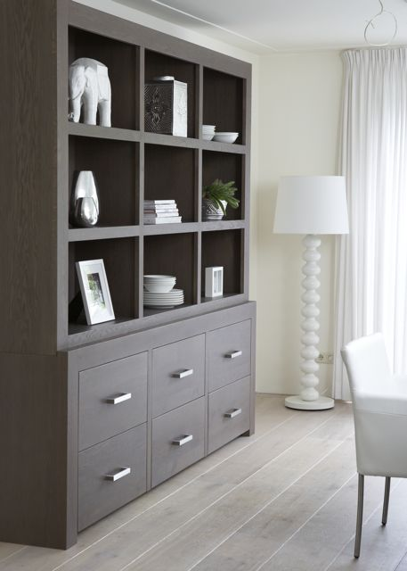 mooie strakke winkelkast model enjoy strakke kast witte kast schragen eiken tafel vakkenkast boekenkastinterieur interieurstyling by house