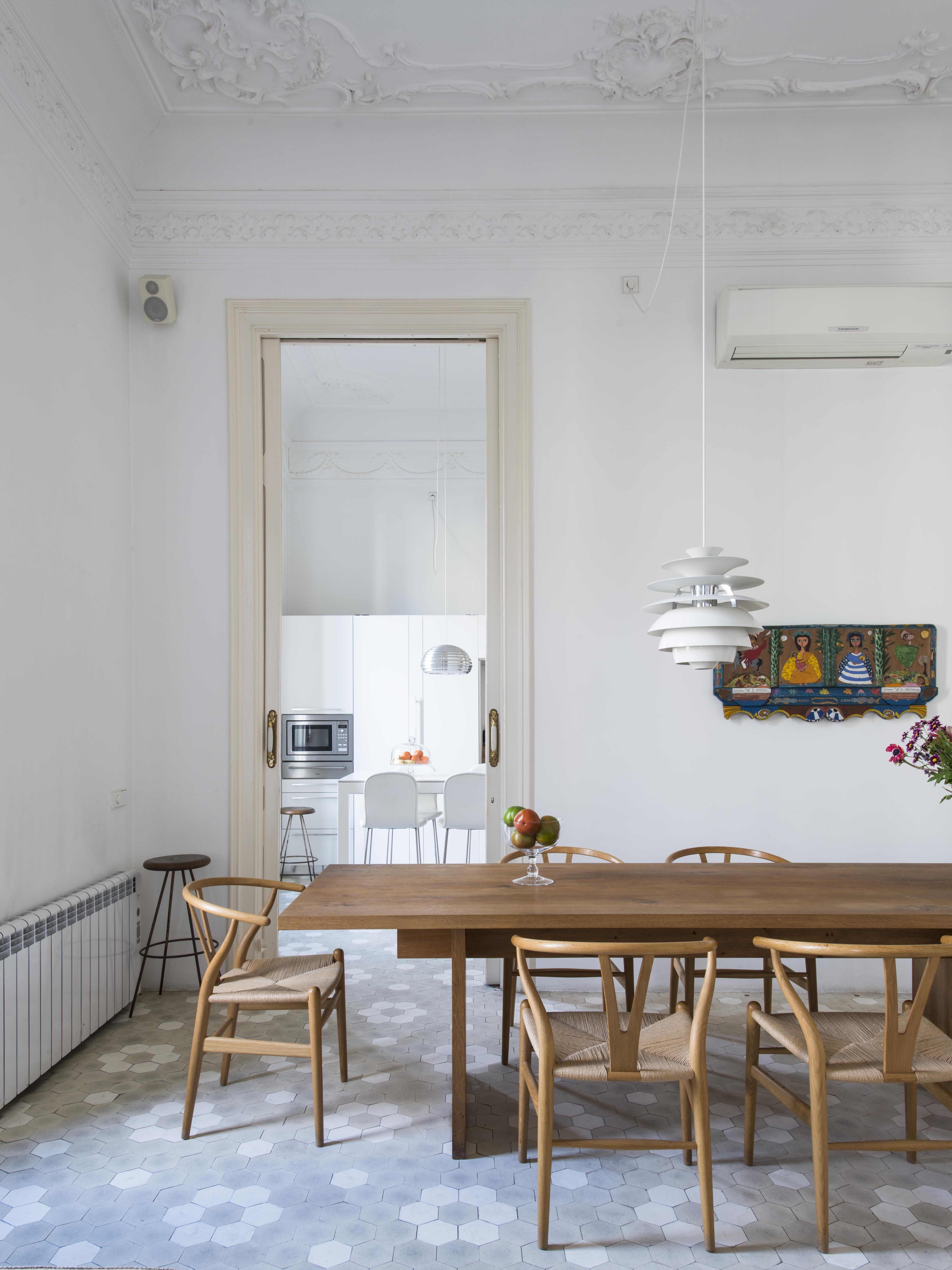 Arredi classici e moderni in una casa in stile gaud for Arredi classici