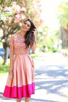 Blogueira Camila Coelho em um look romântico e bem feminino