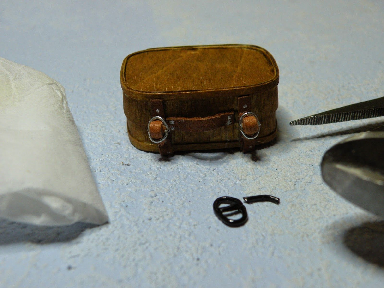SMALL HOUSE, BIG WORLD: tiny buckles for belts, bags, etc. from paper clips or any other hard wire...clever!