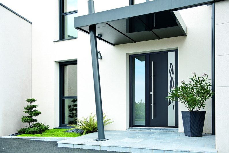 Une Entree Soignee Avec Une Porte D Entree En Aluminium Contemporaine Et Un Auvent Assorti Avec Images Entree Contemporaine Porche Entree Maison Idee Entree Maison