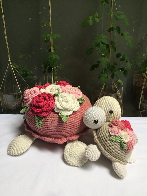 Turtle carrying flowers pattern by nguyen lim #crochetturtles