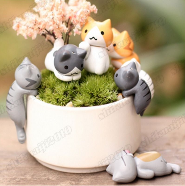 A feline-filled landscape for your desk.