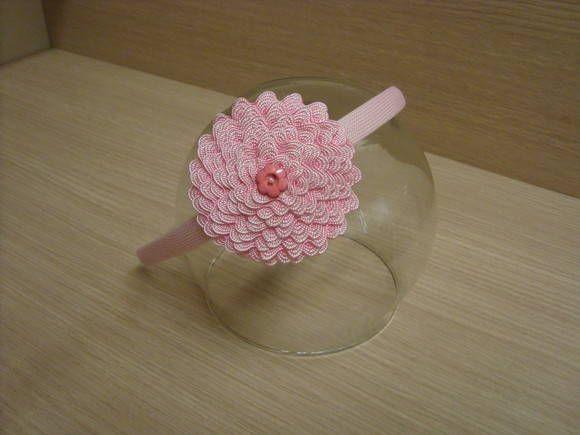 Tiara encapada. Flor de sianinha e botão decorado. \u003cbr\u003eDiâmetro da flor