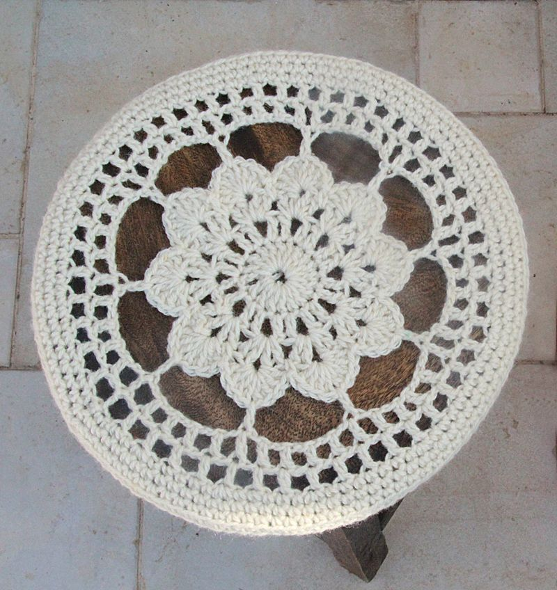 Crocheted Flower Doily Stool Cover pattern top view | Recursos ...