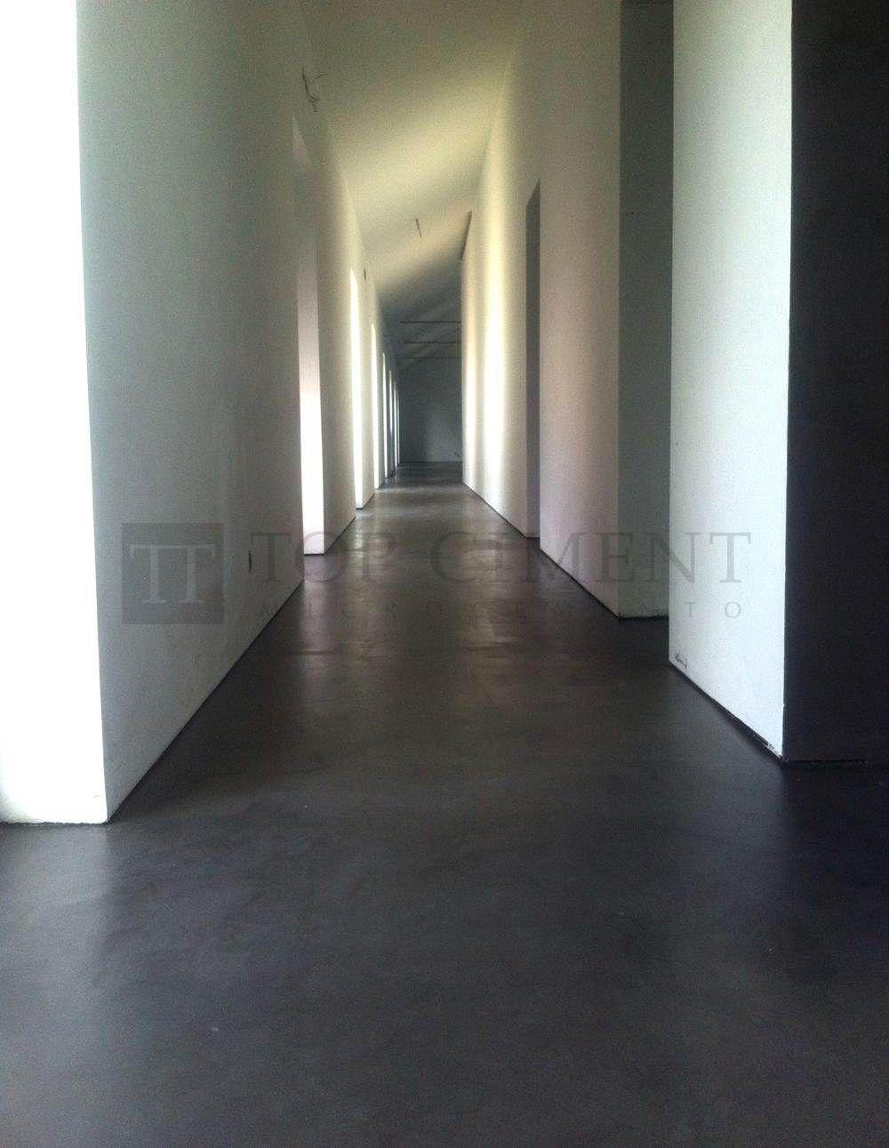 Suelo continuo en un pasillo de vivienda con microcemento - Suelos de microcemento ...
