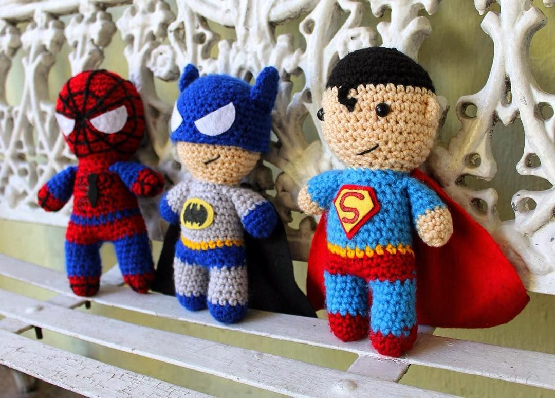 Tres superhéroes  Three superheroes  3人のスパーヒーロー  #Shirokuma #amigurumi #crochet #tejido #hechoamano #superhéroes #capa #knit #knitting #handmade #superheroes #superman #batman #spiderman #cape #編み #編む #編みぐるみ #手作り #ハンドメイド #スパーヒーロー #スパーマン #バットマン #スパイダーマン #ケープ by shirokuma.amigurumi