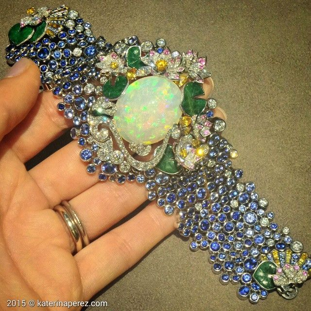 There were two jewels that made me gasp at Van Cleef&Arpels salon at Masterpiece London fair. One of them is this #Lily #bracelet with an #opal of over 30 carats. Exquisite work @vancleefarpels #vancleefonkaterinaperezcom