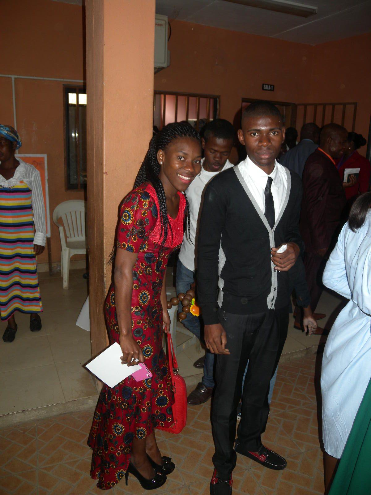 vestido africano longo, usado por uma madrinha.
