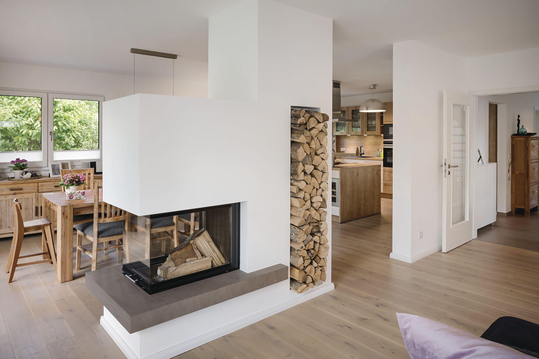 Der Kamin zwischen Ess- und Wohnbereich dient als Raumtrenner