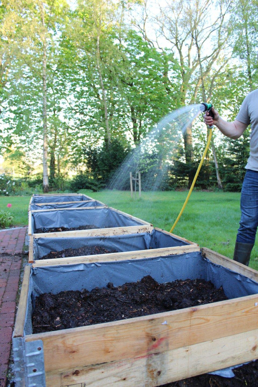 Diy So Baust Du Dir Ein Hochbeet Aus Palettenrahmen In 2020 Palettenrahmen Hochbeet Hochbeet Pflanzen