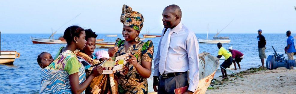 Bairro dos Pescadores (cerca de Maputo, Mozambique): dos testigos de Jehová ofrecen la revista La Atalaya