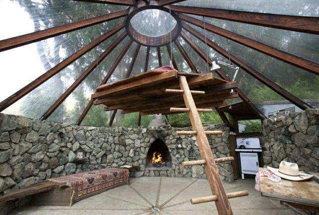 Séjour minimaliste et rustique en bois brut et pierres
