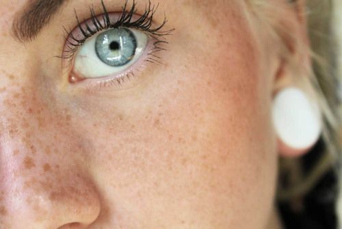 Immagine di girl, eyes, and freckles