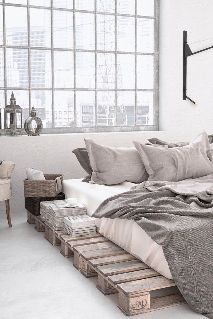 Dein Schlafzimmer im Loft-/Industrial-Stil: Ein Bett aus Paletten kombiniert mit kühlem Metall, Glas und dezenten Grautönen. #palletbedroomfurniture