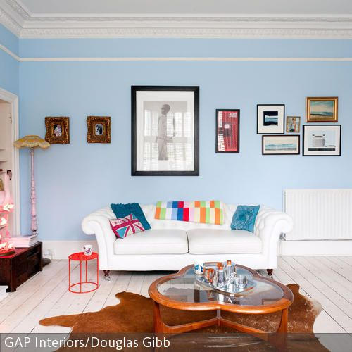 Hellblaue Wandfarbe Und Bunte Accessoires