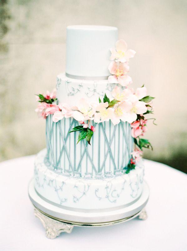 """Elegant """"cool girl"""" wedding cake: http://www.stylemepretty.com/2015/10/16/15-pretty-ways-to-doll-up-your-wedding-cake/ Photography: Zosia Zacharia - http://www.zosiazacharia.com/#0"""