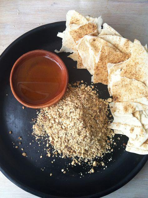 Dukkah is een Egyptisch specerijennotenmengsel wat je eet met arabisch brood of ander grof boerenbrood als ontbijt!