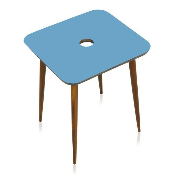 Petit Table - Mesa lateral com tampo e pés-palito em imbuia maciça proveniente de reuso. Seu desenho retrô e dimensões fazem com que seja totalmente versátil e possa ser usada de inúmeras formas e nos mais variados espaços.