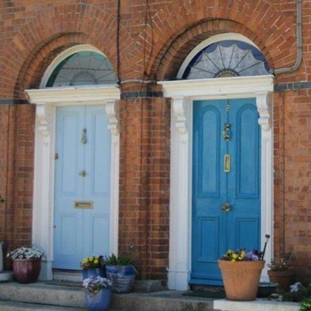 Recordando nossas caminhadas por Dublin que é uma cidade deliciosa para passear a pé a lembrança das portas coloridas é uma das mais marcantes! Para ver dicas de Dublin e da Irlanda é só clicar no blog. http://ift.tt/1erolSP by cruzandomundo