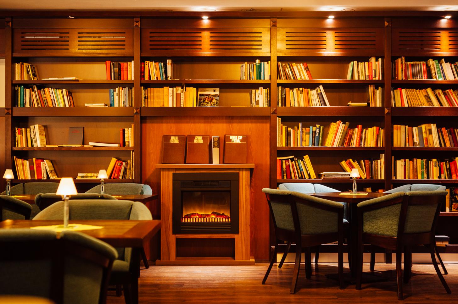 Genießen Sie die gemütliche Atmosphäre der Bibliothek im